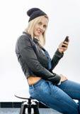 Blonde Frau von mittlerem Alter mit Telefon Lizenzfreies Stockfoto