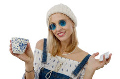 Blonde Frau von mittlerem Alter mit Telefon Lizenzfreie Stockbilder