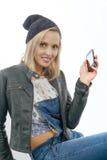 Blonde Frau von mittlerem Alter mit Telefon Stockbilder