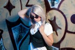 Blonde Frau vor Graffiti Stockbild