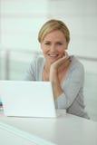 Blonde Frau vor Computer Lizenzfreie Stockbilder