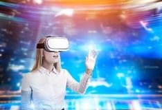 Blonde Frau in vr Gläsern in der futuristischen Umwelt Lizenzfreie Stockfotografie
