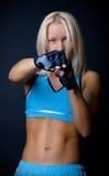 Blonde Frau während des Kampfes Stockfotos