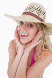 Blonde Frau, welche die Kamera betrachtet Lizenzfreie Stockbilder