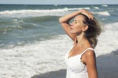 Blonde Frau, welche die Sonne und den Strand genießt Stockfotos