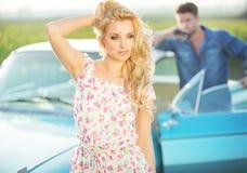 Blonde Frau, welche die Sonnenstrahlen genießt Stockfotografie