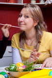 Blonde Frau wird im Gesicht gemalt Stockfoto
