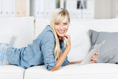 Blonde Frau zu Hause Lizenzfreies Stockfoto