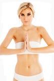 Blonde Frauen beten herein Yoga-Haltung Stockfoto