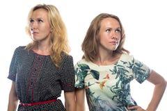 Blonde Frauen, die verschiedene Seiten betrachten Lizenzfreie Stockfotografie