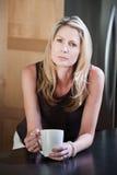Blonde Frauen-Holding-Kaffeetasse Lizenzfreie Stockfotos