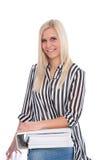 Blonde Frauen-Holding-offene Mappe Stockbilder