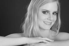Blonde Frauen-lächelnde Großkopf-Schulter-Haltung Lizenzfreie Stockfotografie