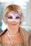 Blonde Frauen mit Karnevalsschablone Lizenzfreie Stockfotografie