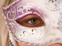 Blonde Frauen mit Karnevalsschablone Lizenzfreies Stockfoto