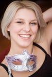 Blonde Frauen mit Karnevalsschablone Lizenzfreies Stockbild