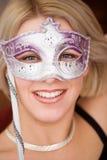 Blonde Frauen mit Karnevalsschablone Lizenzfreie Stockbilder
