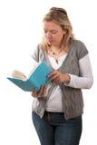 Blonde Frauen-Stellung und Messwert ein Buch Lizenzfreies Stockbild