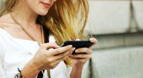 Blonde Frauen-surfendes Internet-Konzept Lizenzfreie Stockfotografie