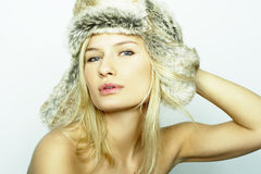 Blonde Frauen-tragender Pelz-Hut Stockbilder