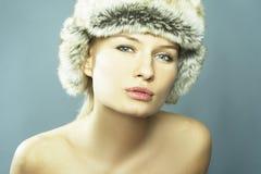 Blonde Frauen-tragender Pelz-Hut Stockfoto