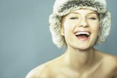 Blonde Frauen-tragender Pelz-Hut Lizenzfreie Stockbilder