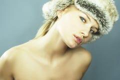 Blonde Frauen-tragender Pelz-Hut Lizenzfreie Stockfotografie