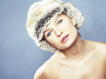 Blonde Frauen-tragender Pelz-Hut Lizenzfreies Stockbild