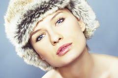 Blonde Frauen-tragender Pelz-Hut Lizenzfreies Stockfoto