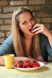 Blonde Frauen-und Erdbeere-Versuchung! Lizenzfreie Stockfotos