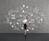 Blonde Frauen- und Teamwork-Skizze auf Tafel Lizenzfreies Stockfoto