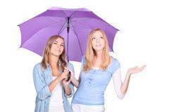 Blonde Frauen unter einem Regenschirm Stockfotografie