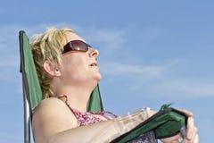 Blonde Frauen, welche die Sonne genießen Lizenzfreies Stockfoto
