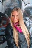 Blonde Frauenaufstellung der Graffiti Lizenzfreies Stockbild