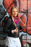 Blonde Frauenaufstellung der Graffiti Lizenzfreie Stockfotografie