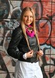 Blonde Frauenaufstellung der Graffiti Lizenzfreie Stockfotos