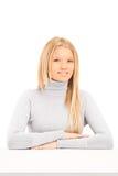 Blonde Frauenaufstellung gesetzt an einem Tisch Lizenzfreie Stockbilder