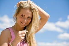 Blonde Fraueneinflußsonnenbrillen genießen sonnigen Tag Stockfoto