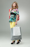 Blonde Fraueneinkaufenbeutel Stockfotografie
