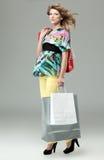 Blonde Fraueneinkaufenbeutel Stockbilder