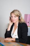 Blonde Frauenempfangsdame in einem Geschäftsplatz Lizenzfreie Stockfotografie
