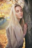 Blonde Frauenentspannung im Freien Lizenzfreie Stockfotografie