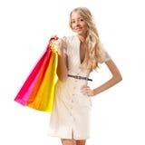 Blonde Frauenholding-Einkaufenbeutel Stockbild