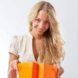 Blonde Frauenholding-Einkaufenbeutel Stockbilder