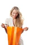 Blonde Frauenholding-Einkaufenbeutel Lizenzfreies Stockfoto
