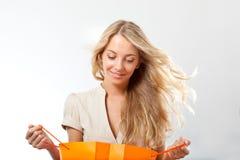 Blonde Frauenholding-Einkaufenbeutel Stockfoto