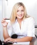 Blonde Frauenholding-Kreditkarte Stockfoto