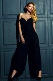 Blonde Frauenmodelldame im klassischen schwarzen Kostüm Stockfotos