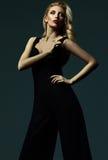 Blonde Frauenmodelldame im klassischen schwarzen Kostüm Lizenzfreie Stockfotografie