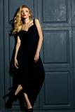 Blonde Frauenmodelldame im klassischen schwarzen Kostüm Stockbild